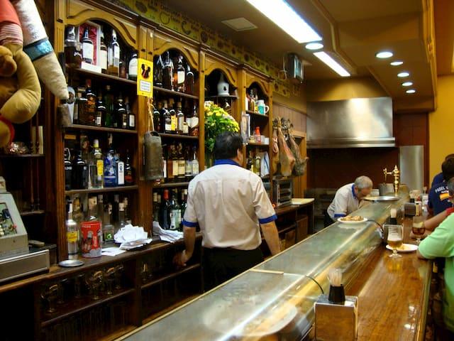 Camareros en el Bar Casa Pepe de Madrid