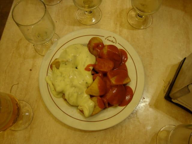 Tomando patatas bravas en el Bar Casa Pepe Madrid