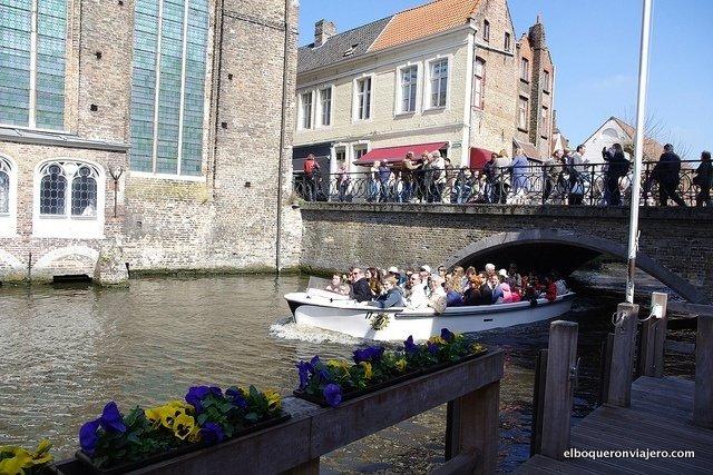 Paseando en barca por los canales de Brujas, Bélgica