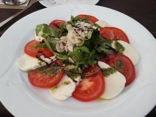Ensalada de tomate, mozzarella y albahaca fresca en Sachsenhäuser Warte Restaurant