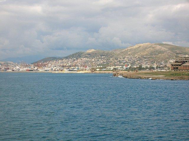Vistas de la Isla de Egina, Grecia, desde el barco