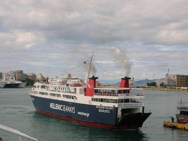 Barco hacia la Isla de Egina, Grecia