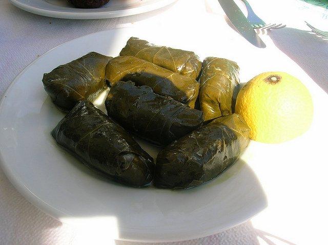 Hojas de uva rellenas con arroz y especias en la Isla de Egina, Grecia