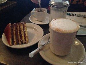 Café y pastel en Hungarian Pastry Shop, Nueva York