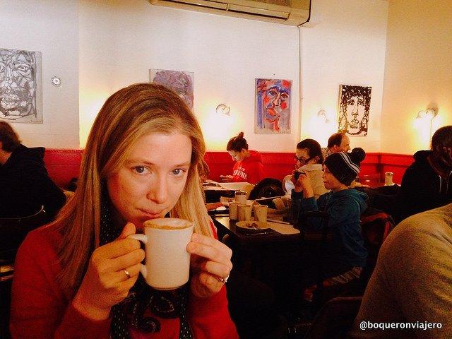 Abby tomando un café en Hungarian Pastry Shop, Nueva York