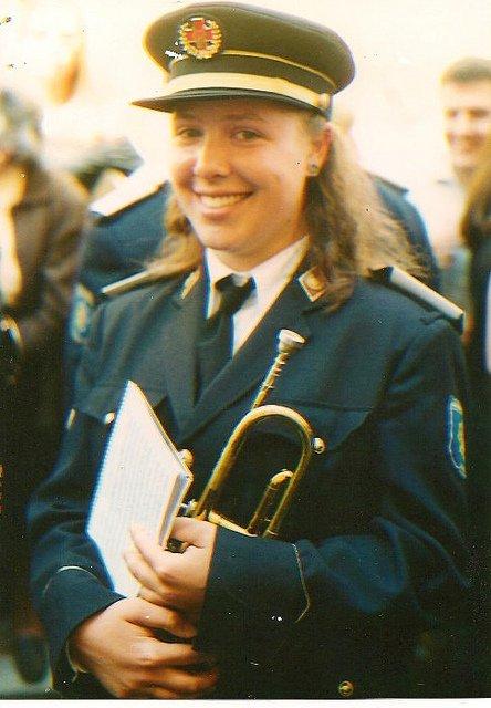 Abby con la trompeta en la Semana Santa Sevilla