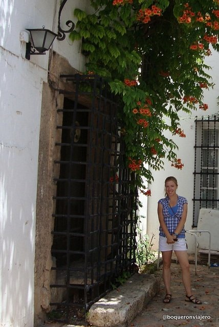 Abigail Ramirez en la puerta de Casa Antonio
