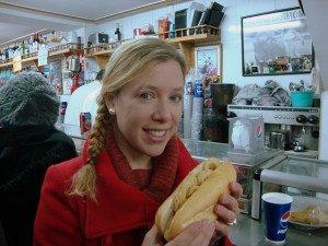 Abby comiéndose un bocadillo de calamares