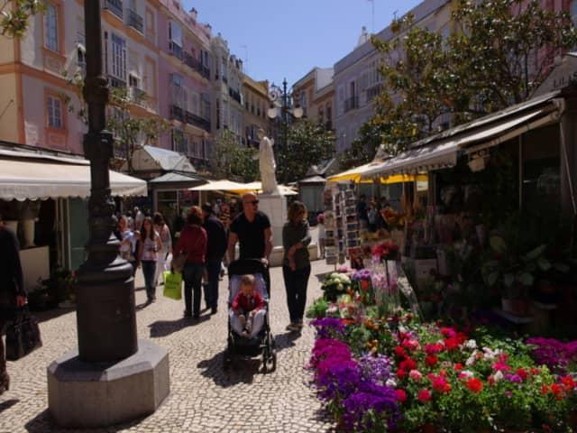 Paseando por la Plaza de las Flores en Cádiz