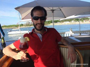Pedro tomando un cocktail en Topside, Montauk