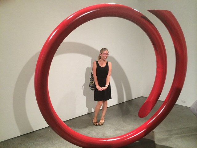 Abby en una galería de arte en Chelsea