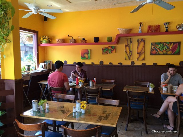 Interior de Bom Café, Somerville MA