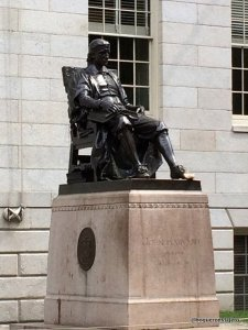 Estatua representando a John Harvard en el Campus de Harvard, Cambridge MA