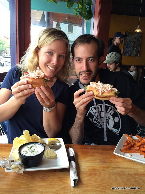 Comiéndonos un lobster roll en Bar Harbor, Maine