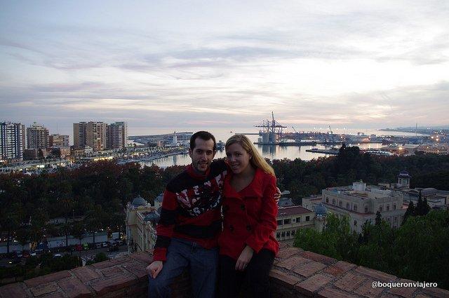 Pedro y Abby con vistas de Málaga desde La Alcazaba de Málaga