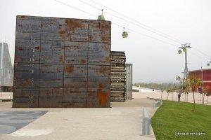 Escultura y teleférico de la Expo de Zaragoza