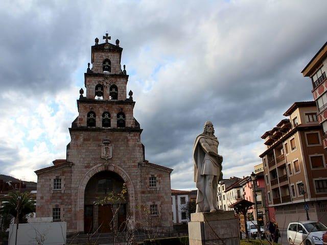 Estatua Don Pelayo e Iglesia de la Asunción en Cangas de Onís