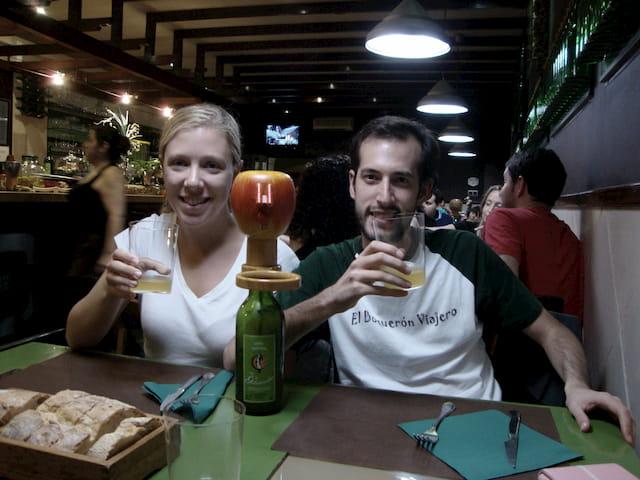 Pedro y Abby disfrutando de la gastronomía de Cangas de Onís en el Restaurante ACBU