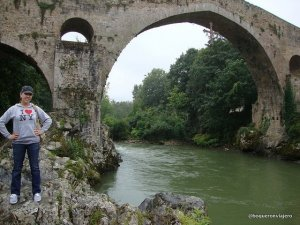 Abby en el Puente Romano de Cangas de Onís