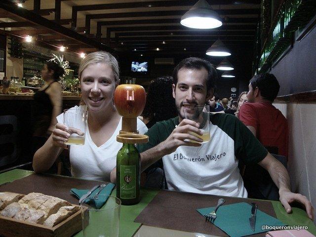 Abby y Pedro bebiendo sidra en Cangas de Onís