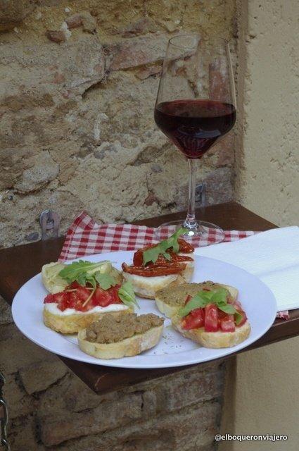 Crostinis y vino en Sapori de Toscana en Volterra