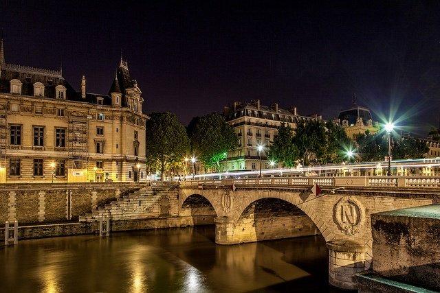 Puente de San Miguel en París de noche