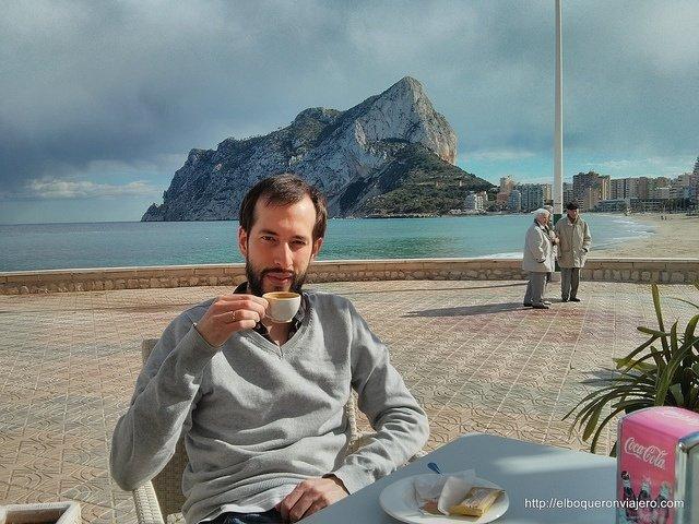 Tomando un café y viendo el Peñón de Ifach