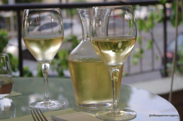 Tomando vino en La Toscana