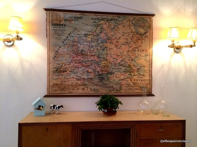 Mapa colgado en la pared de Julia Bakery Málaga