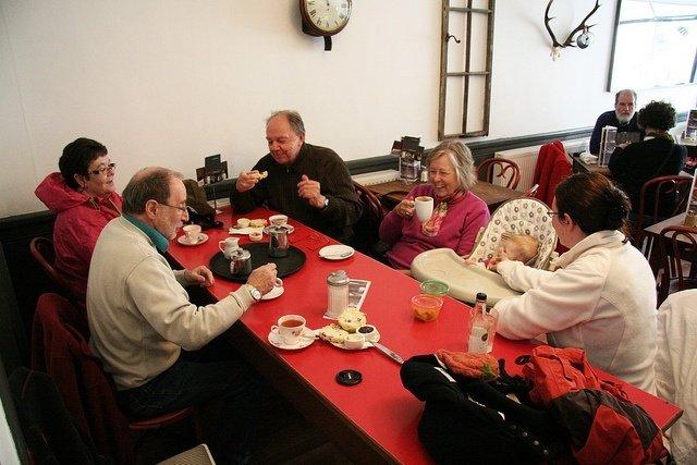 Charlando en un café