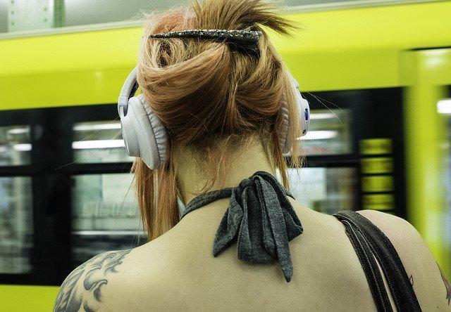 Escuchando música en el metro