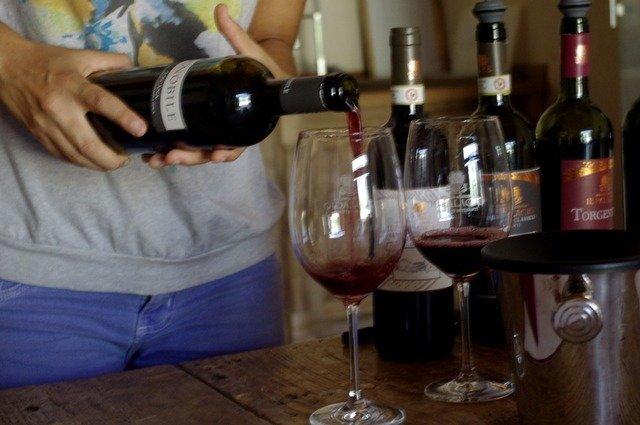 Sirviendo los vinos de Il Palagio