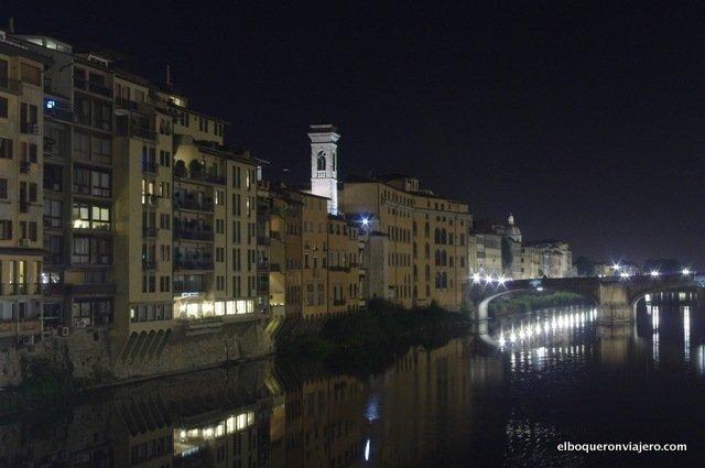 Vistas desde Ponte Vecchio de noche