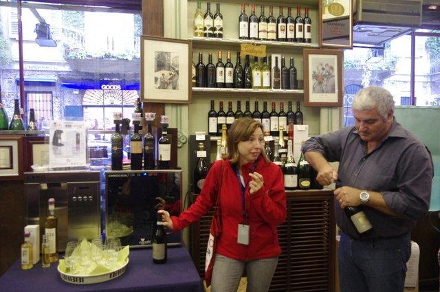 Mirella nos explica el vino que vamos a probar