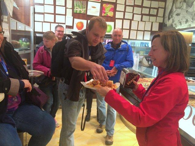 Mirella repartiendo pastelitos