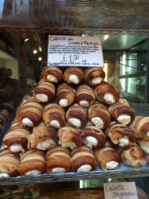 Cannolis en las pastelerías de Bérgamo