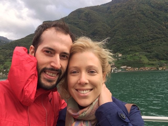 Paseando en barco por el lago Isola