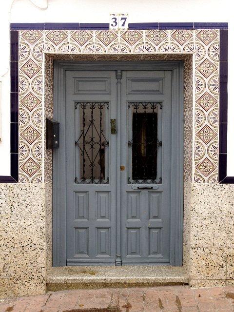 Una puerta azul con azulejos en Carratraca, Málaga