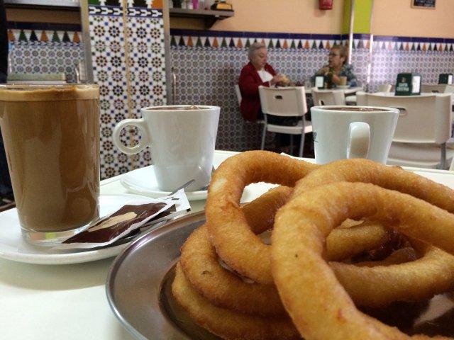 Desayunando tejeringos en Cafetería Los Valle en El Perchel, Málaga