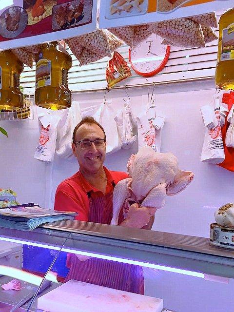 Manolo en el Mercado del Carmen con nuestro pavo en El Perchel, Málaga