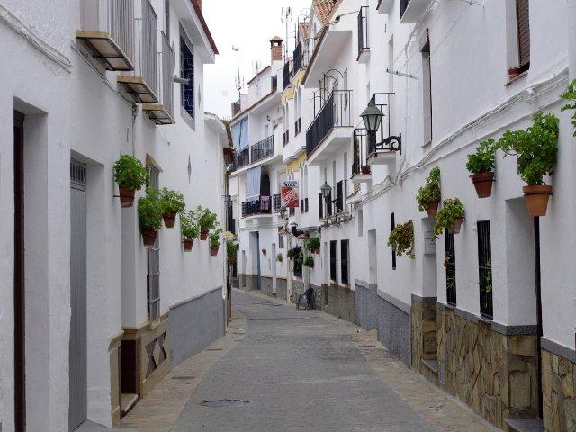 Una calle adornada con flores en Carratraca, Málaga
