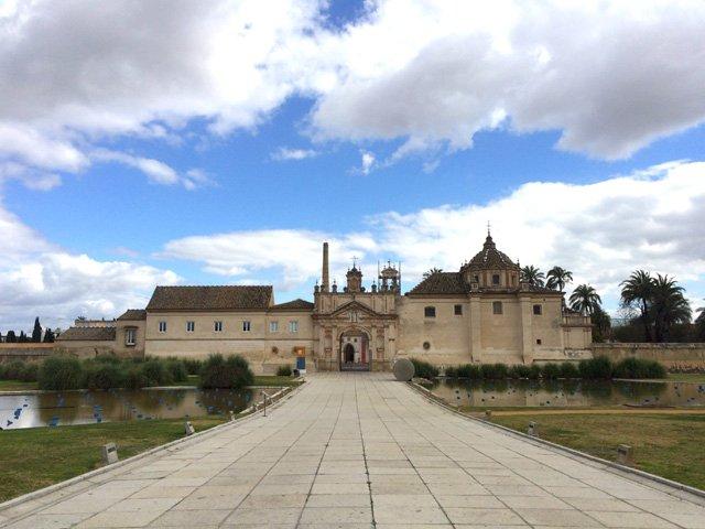 Entrando al CAAC, antiguo Monasterio