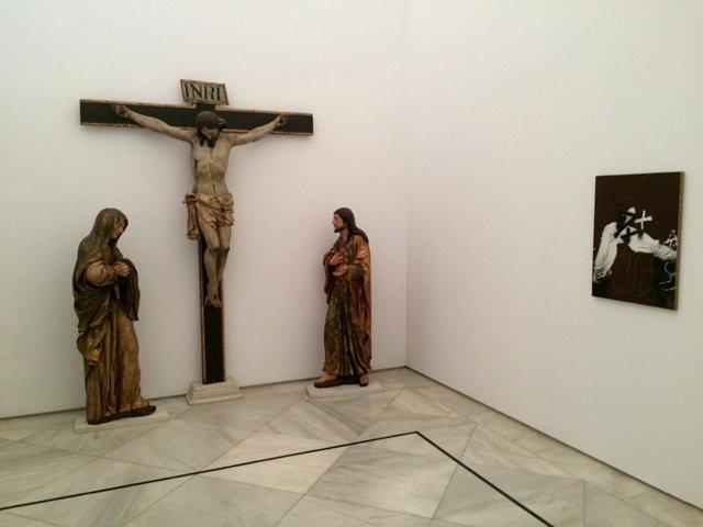 Cristo en la cruz flanqueado por María y Joséy obra de Antoni Tapiés en el CAAC