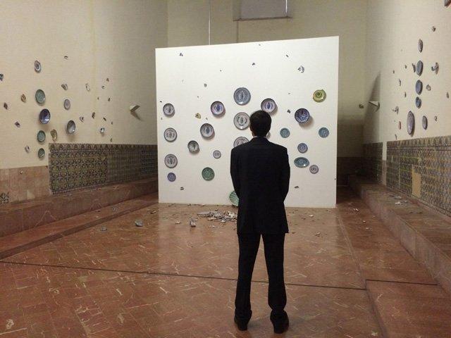 Pedro contemplando una obra de platos andaluces en el CAAC Sevilla