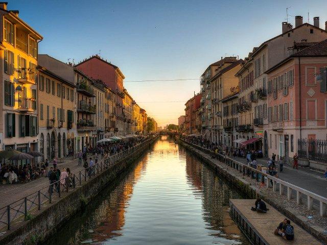 Atardecer sobre los canales de Milán