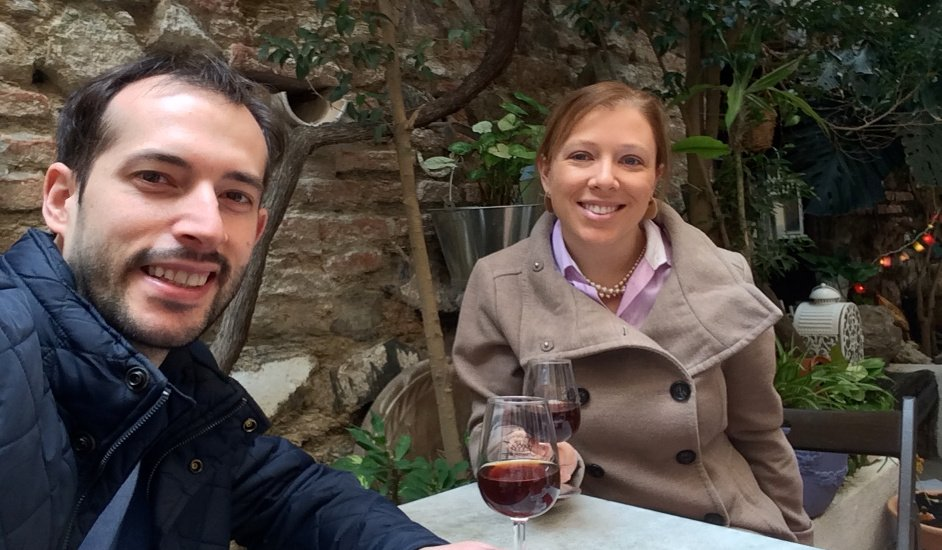 Pedro y Abby disfrutando del patio de La Odisea de los Vinos en Málaga