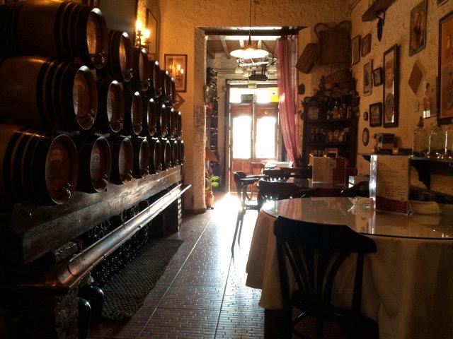 Interior de La Odisea de los Vinos en Málaga con los barriles