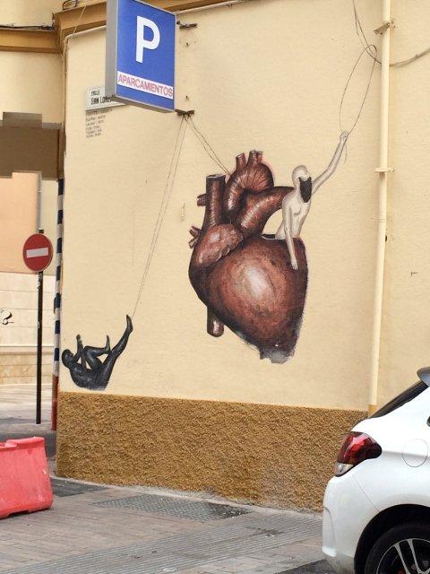 Arte callejero en Málaga aprovechando las tuberias y cables