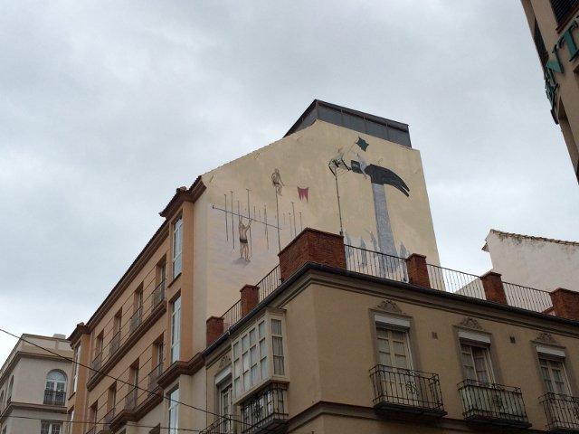Arte callejero en Málaga en lo más alto de la pared