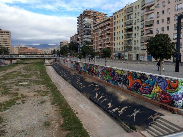 Arte callejero en Málaga en los laterales del río